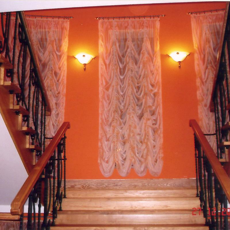 Шторы на лестнице